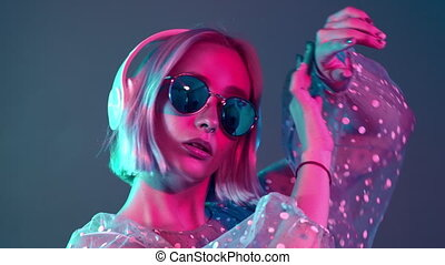 teint, mystérieux, bleu, portrait, coiffure, millennial, écoute, hipster, joli, hair., girl, musique, light., adolescent, headphones., rose, néon, court