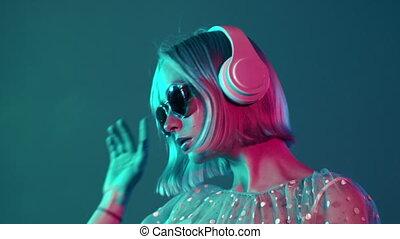 teint, mystérieux, portrait, headphones., adolescent, bleu, millennial, girl, joli, écoute, light., coiffure, musique, rose, hipster, néon, court, hair.