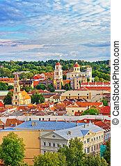 tejado, a, pueblo viejo, y, torres, de, iglesias, en, vilnius