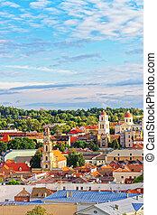 tejado, de, pueblo viejo, y, torres, de, iglesias, en, vilnius