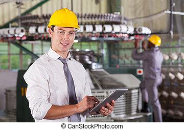 tekstylna fabryka, dyrektor, używając, tabliczka, komputer