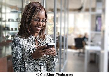 teléfono celular, mujer, oficina, móvil, texting, teléfono, vocación, norteamericano, negro, africano, o