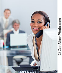 teléfono, ella, escritorio, animado, mujer de negocios
