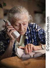 teléfono, mujer mayor, hablar