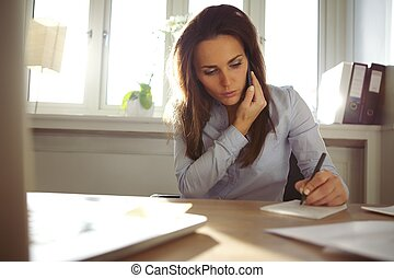 teléfono, notas, joven, escritura, hablar, mientras, hembra