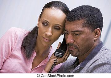 teléfono, pareja, encima, escuchar, noticias