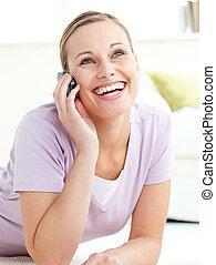 teléfono, piso, hablar, acostado, mujer, encantado