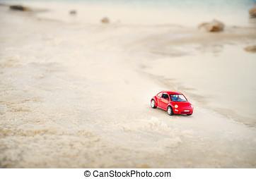 tel aviv, israel, -, abril, 10, 2017:, coche rojo, miniatura, en la playa, en, foco suave