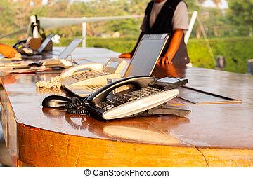 telefon, auf, hotelempfang, buero, mit, kunde, einchecken, an, festempfang, counter.