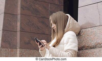 telefon, dziewczyna, na wolnym powietrzu, rozmawianie, ładny