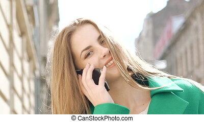 telefon, dziewczyna, na wolnym powietrzu, rozmawianie, szczęśliwy