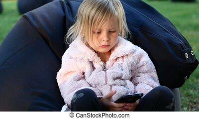telefon, mały, kartony, dziewczyna, oglądając
