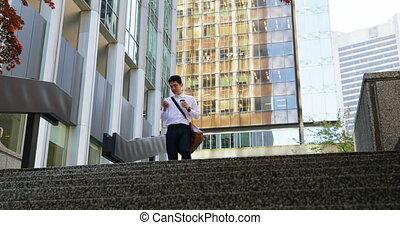 telefon, pieszy, schody, ruchomy, na dół, używając, człowiek, 4k