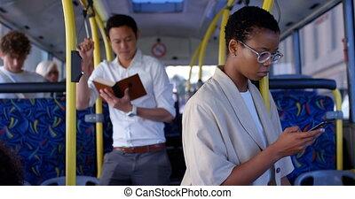telefon, ruchomy, samica, znowu, używając, commuter, autobus...