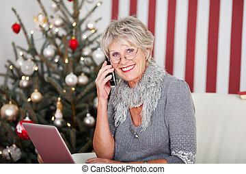 telefon, senior woman, karácsony, beszélgető