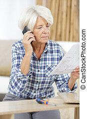 telefon woman, felborít, idősebb ember