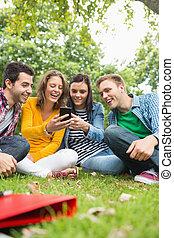 telefone, estudantes, parque, faculdade, móvel, olhar, feliz