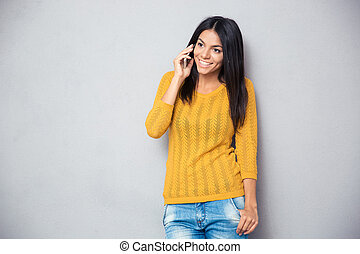 telefone, Feliz, mulher, jovem, falando