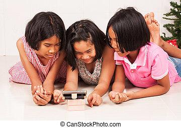 telefone, filme, sala, menina, pequeno, observar, móvel, asiático