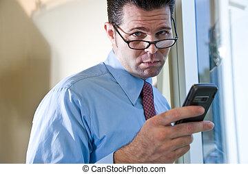 telefone móvel, sério, texting, homem negócios
