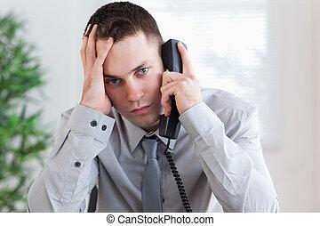 telefone, mau, homem negócios, notícia, obtendo