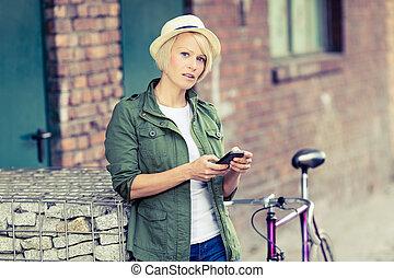 telefone mulher, hipster, bicicleta, retrato