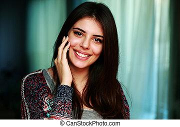 telefone, sorrindo, mulher, atraente, falando
