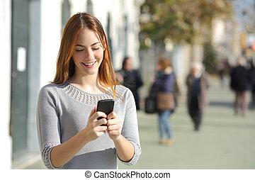 telefonera kvinna, gata, smart, bläddra