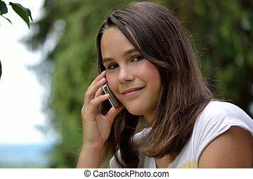 Telefonierende Jugendliche - Portraet eines telefonierenden...