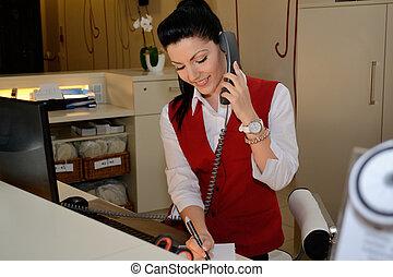 telefoniert, hotelassistentin