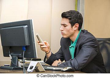 telefono, bello, uomo affari, giovane, scrivania