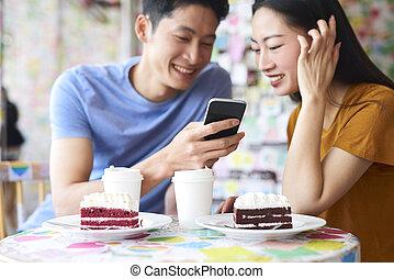 telefono, caffè, eccitato, coppia, mobile