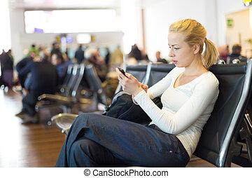 telefono cellulare, mentre, femmina, usando, viaggiatore,...