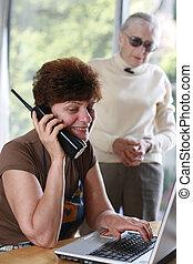 telefono, donna, maturo, lei, parlare, behind., ascolto, madre
