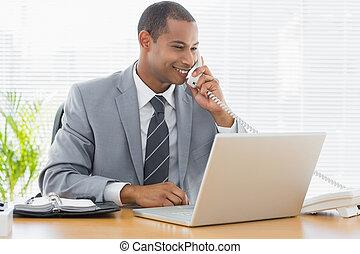 telefono, laptop, scrivania, usando, uomo affari, ufficio