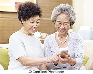 telefono mobile, asiatico, usando, donne senior