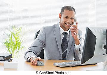 telefono, scrivania, usando, uomo affari, ufficio, computer