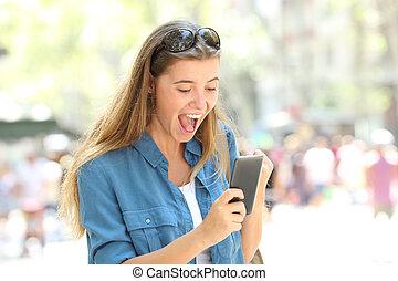 Telefono, detenere, conversazione, strada, ragazza, eccitato