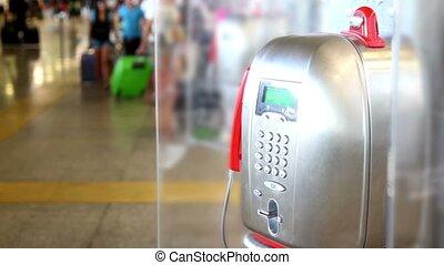 telefoon, apparaat, weegt af, in, luchthaven, mensen, wandeling, ongeveer