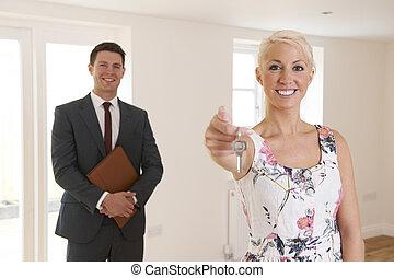 telep közvetítő, kiadás, kulcsok, közül, új családi, fordíts, női, vevő