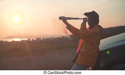 telescope., veste, cow-boy, cuir, jeune, longs cheveux, jaune, sombre, girl, chapeau, regarde
