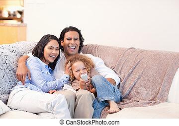 televisie, gelukkige familie, samen, schouwend