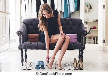 teljes, gyönyörű woman, cipők, ülés, pamlag, fiatal, magas, pair!, időz, megsarkal, fárasztó, bolt, cipő