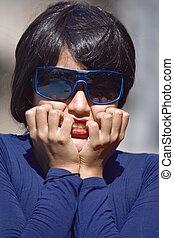 temeroso, mujer hermosa, llevar lentes de sol