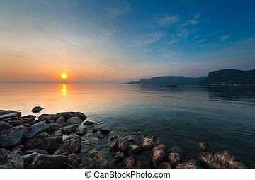temperamental, ocaso, en, lago, gardasee, con, rocas, en, costa