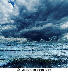 tempestoso, sopra, cielo, scuro, mare, onde