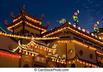 tempio, illuminato, su, per, anno nuovo cinese