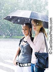 tempo chuvoso, duas mulheres