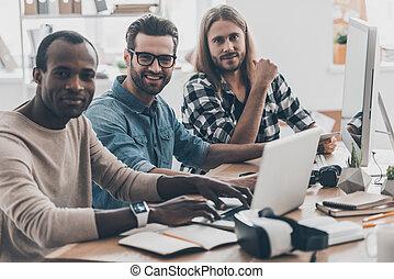 tempo, per, nuovo, ideas!, gruppo, di, successesful, giovani persone, lavorare insieme, mentre, seduta, a, il, scrivania, in, creativo, ufficio