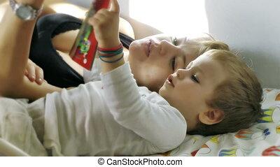 temps, mère, lit, bébé, lecture, garçon